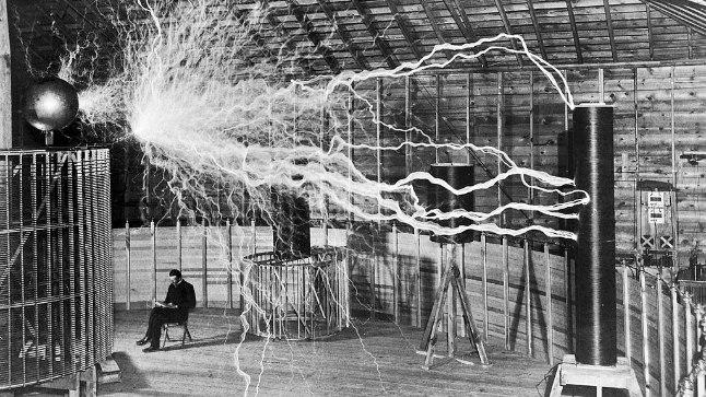Tesla eksperimenteeris aastaid nn Tesla trafoga, mis suutis tekitada suuri tehislikke välke. See oli ka tema traadita elektriülekande idee aluseks.