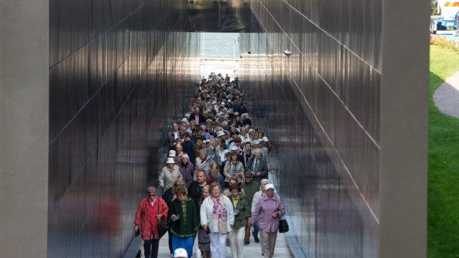 """""""TEEKOND"""": Ohvrite nimedega koridor jäi memoriaali avamisele tulnutele kitsaks."""