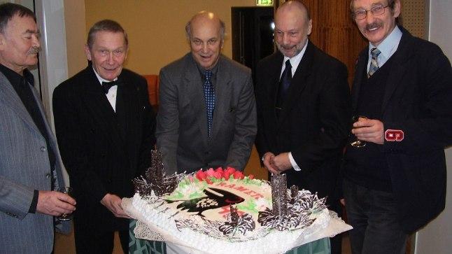 TELGITAGUSED TEGIJAD: RAMETO 40. sünnipäeva torti lõikavad lahti Peeter Hein, Priit Aimla, Vello Mikk ja Toivo Tootsen. Paremal on hiljem liitunud Ralf R. Parve. Aasta oli 2005, praeguseks on veel elavate kirjas Aimla ja Tootsen.