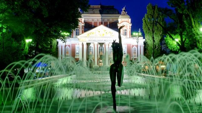 Purskkaevud Sofia rahvusteatri ees tekitavad septembriski suvetunnet.