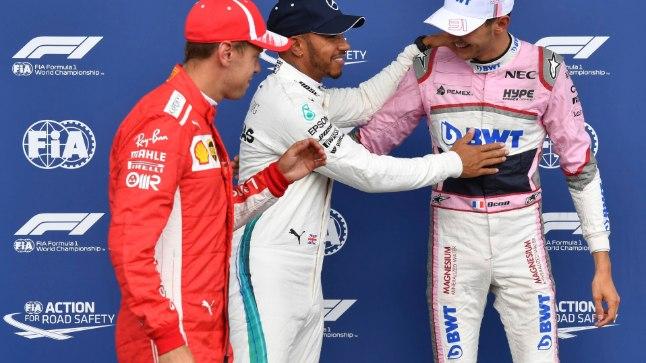 Lewis Hamilton ja Sebastian Vettel õnnitlevad üllatusmees Esteban Oconit (paremal).