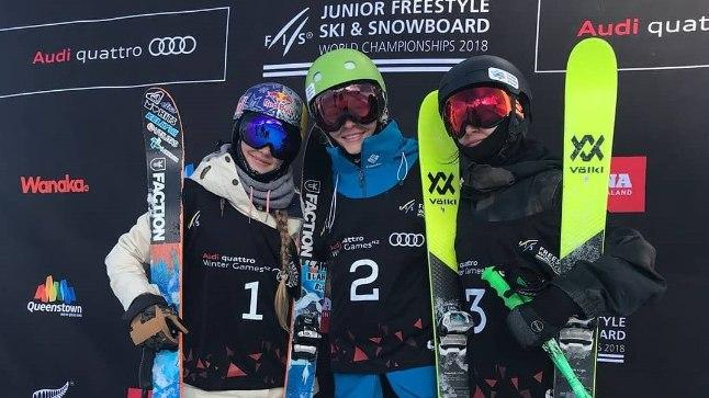 Kelly Sildaru (vasakul) koos teiste MMi medalivõitjatega.