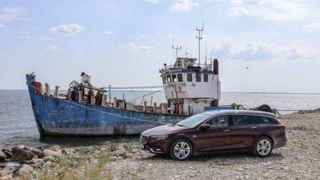 Looduselõhkujatest pajatava loo kaanepildil seisab Opel Insignia Saaremaa ühe väikesadama lautriteel, kohas, kus auto parkimine on lubatud.