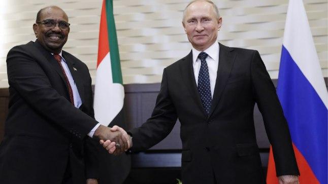 Sudaani presidendi Omar al-Bashiri ja Venemaa presidendi Vladimir Putini sõbralik kohtumine.