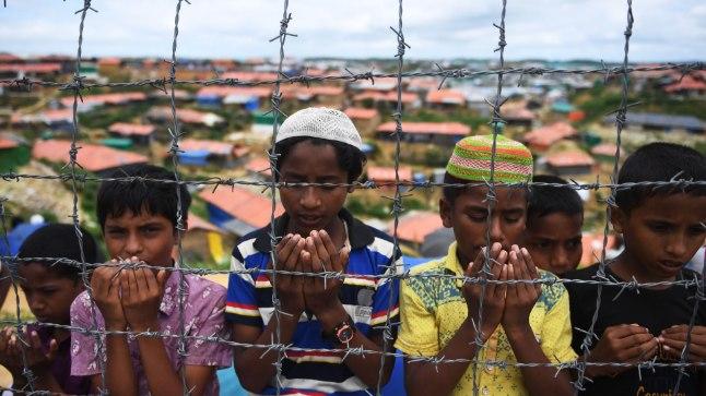 Rohingja lapsed palvetavad Bangladeshis asuvas põgenikelaagris
