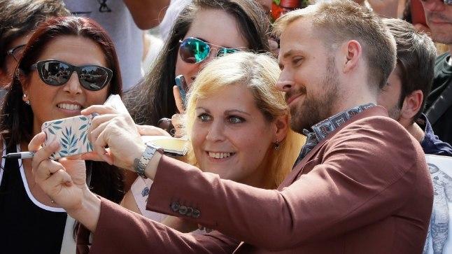 Ryan Gosling esilinastuse eel fännidega fotosid tegemas.