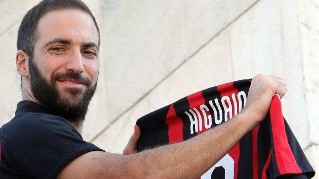 Gonzalo Higuain uue koduklubi särgiga.