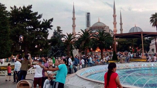ABSOLUUTSELT KOHUSTUSLIK: Võiks öelda, et turist, kes pole käinud Sultanahmeti väljakul, pole õiget Istanbuli näinudki. Taamal paistab Sinine mošee.