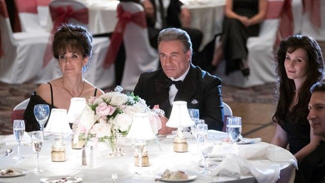 """HALE LÄBIKUKKUMINE: John Travolta tahtis, maksku mis maksab, jutustada legendaarse New Yorgi maffiabossi John Gotti loo, kuid kriitikud on teinud filmi pihuks ja põrmuks. """"Gottist"""" kujunes Travolta pereprojekt – Travolta mängitud maffiabossi abikaasat kehastab staari seaduslik kaasa Kelly Preston (vasakul). Rolli on saanud ka kuulsa paari tütar Ella Bleu Travolta – tema mängib üht Gottide tütardest."""