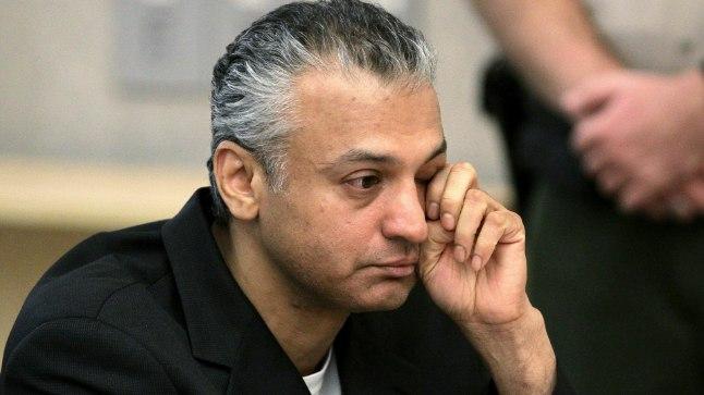 Shelley Malil 2010. aastal kohtusaalis karistuse teadasaamisel pisaraid pühkimas.