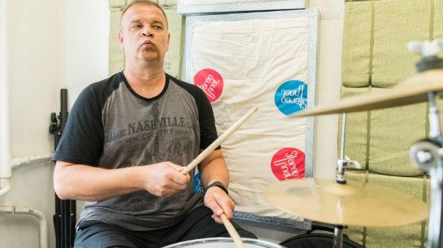 MUUSIKAST EI LOOBU: Hääle kaotuse tõttu ei ole Törlep kaks aastat laulnud, aga see pole tal trummide mängimist takistanud. Ta usub, et lihtsam on loobuda suitsetamisest ja joomisest kui pillimängust.