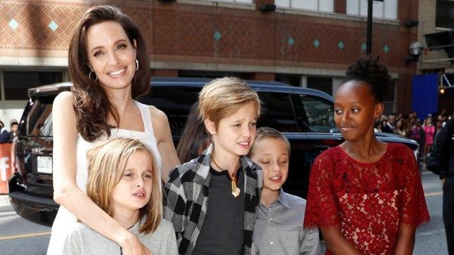 Angelina Jolie oma kuuest lapsest kolmega.