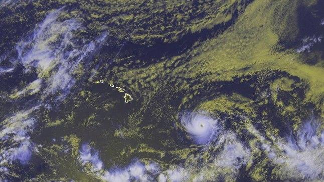 Orkaan Hectori silm asetseb satelliitfotol keskelt paremal, sellest vasakul aga Hawaii saarestik