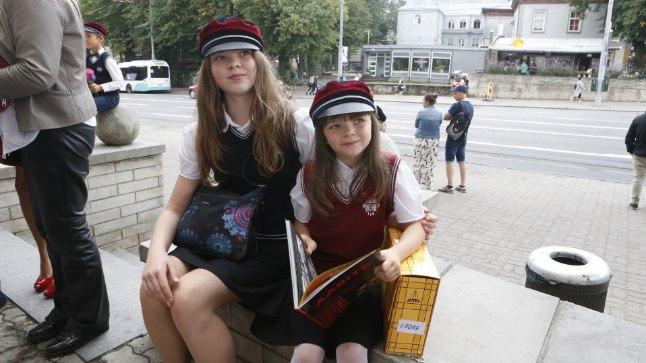 Sven Mikseri noorem tütar Loore astus esimesse klassi Tallinna Inglise Kolledžis. Samas koolis käib ka vanem õde Reena, kes läks kuuendasse klassi.