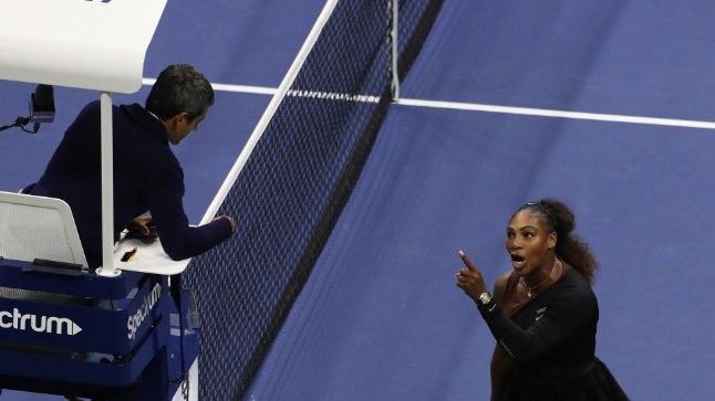 Serena Williams (paremal) Carlos Ramosega vaidlemas.