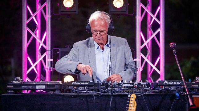 ROOSIAIA DJ: Viimati astus Eiki Nestor DJna üles 20. augustil Kadrioru roosiaias presidendi vastuvõtul. Selleks puhuks pani riigikogu esimees kokku kava, mis pidi näitama eakaaslastest külalistele, millise arengu on Eesti nende nooruspõlvega võrreldes teinud.