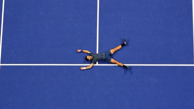 VÕIT! Novak Djokovic varises pärast viimase palli vastase poolele löömist keset väljakut maha.