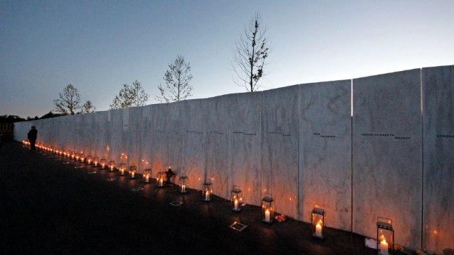 Laternad ja päikeseloojang valgustavad Pennsylvanias asuvat 40 vapra reisija ja meeskonnaliikme nimedega memoriaali.