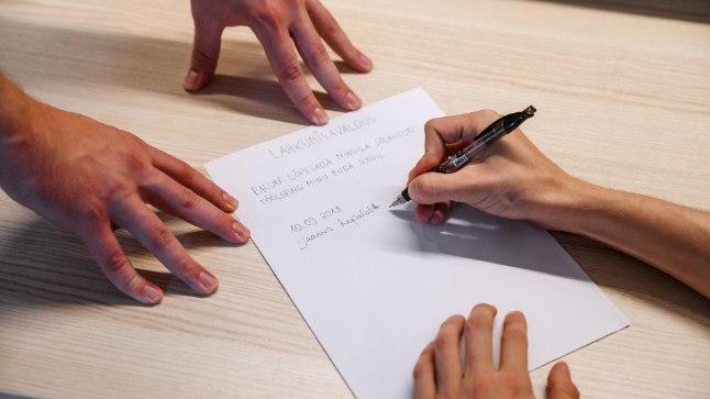 SUNDSEIS: Paberite järgi võib töötaja lahkuda vabatahtlikult, tegelikult aga sunnitult. Fotolavastus.