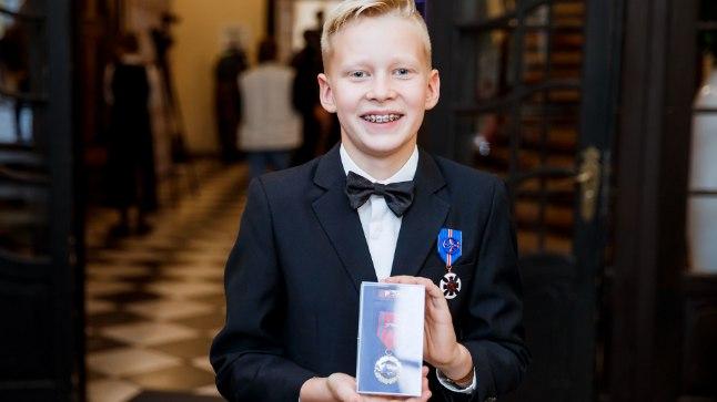 VAPPER TEGUTSEJA: Roger on auga välja teeninud kaks medalit, mis talle pisikese poisi elu päästmise eest üle anti.