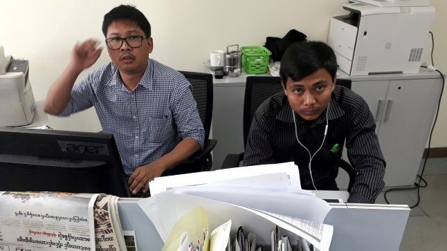 Reutersi ajakirjanikud Wa Lone ja Kyaw Soe Oo Reutersi toimetuses Yangonis