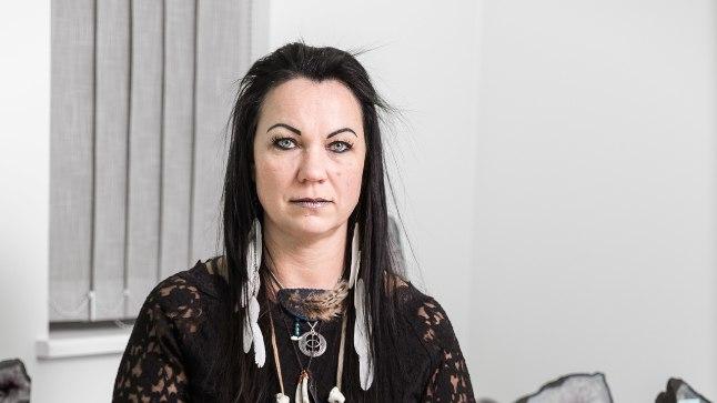 HEA NÕID: Hoolimata tumedatest rõivastest, on Liina Velsker hea nõid, kelle spetsialiteet on eelmised elud ja vereliini pidi kaasa tulnud hädad.