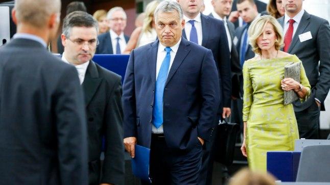 Viktor Orban (keskel) ise tema vastu esitatud süüdistustega nõus ei ole