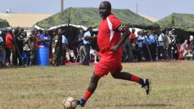 George Weah jalgpalli mängimas.