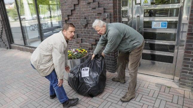 PRÜGIAKTSIOON: Nõmmelaste kannatus katkes, sest linnavalitsuse aadressilt tuli küll prügiveoarveid, kuid prügikottide kuhi muudkui kasvas. Nii tõidki kodanikuaktivist Elmo Ant (paremal) ja Tiit Kruusalu paar prügikotti otse Tallinna linnavalitsuse ette.