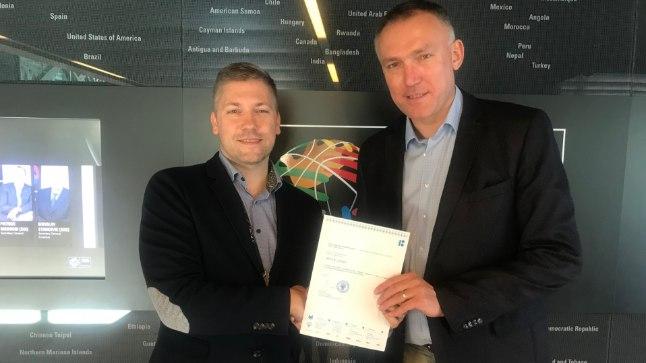 EKLi peasekretär Keio Kuhi (vasakul) annab oma FIBA Euroopa ametivennale Kamil Novakile taotluse 2021. aasta EMi korraldamiseks.