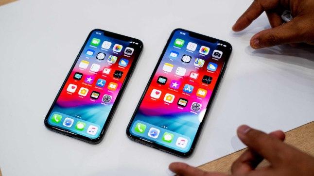 iPhone Xs Max справа и iPhone Xs
