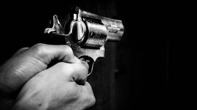Mõrvar ründas oma naisi tulirelvaga