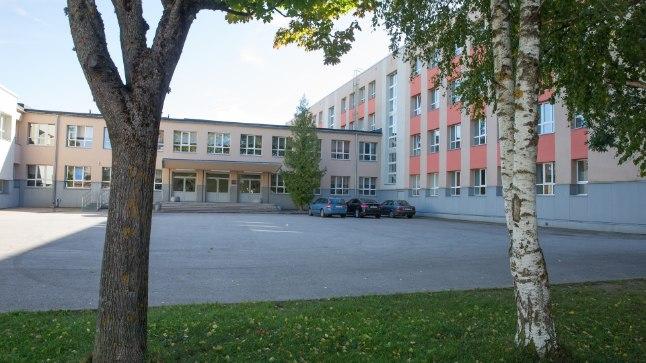 50 AASTAT VANA MAJA: Praeguseks on Jõhvi vallavalitsus otsustanud põhikoolile ehitada Euroopa Liidu raha toel uue koolimaja, kuid seniks tuleb vanas majas hallitusest lahti saada.