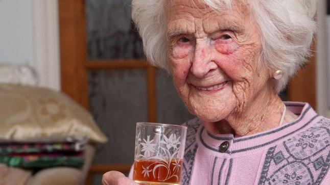 IGAL ÕHTUL KLAAS VISKIT: 112aastane naine avaldas pika eluea saladuse