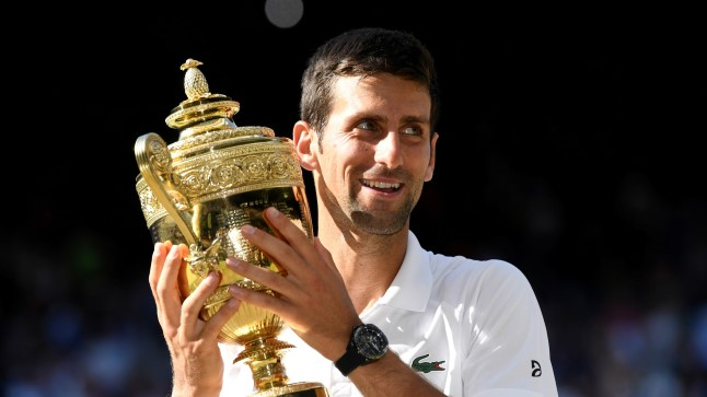 Novak Djokovic Wimbledoni võidukarikaga