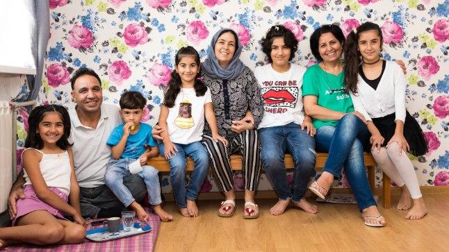 HÄID LAMBAID MAHUB PALJU: 4toalises korteris elavad (vasakult) tütar Rosel, pereisa Adnan, poeg Ahmed, tütar Nesrin, pereema Qamar, tütar Solen, tädi Lama, tütar Lana. Perega elab ka tütar Sherin, kes meie külastuse ajal viibis Tartus noortelaagris.