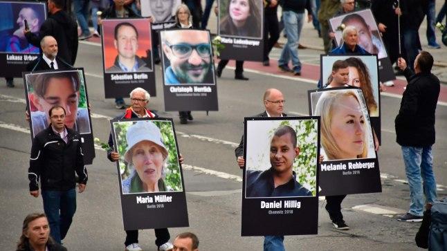 MIGRANTIDE OHVRID? Chemnitzis kandsid meeleavaldajad nende inimeste portreid, kes väidetavalt on surnud Saksamaale tulnud pagulaste käe läbi.