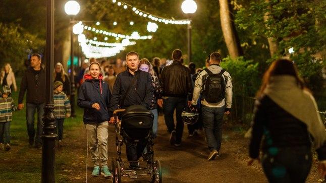 LUMMAVAD PILDID   Kadrioru pargis algas festival Valgus kõnnib