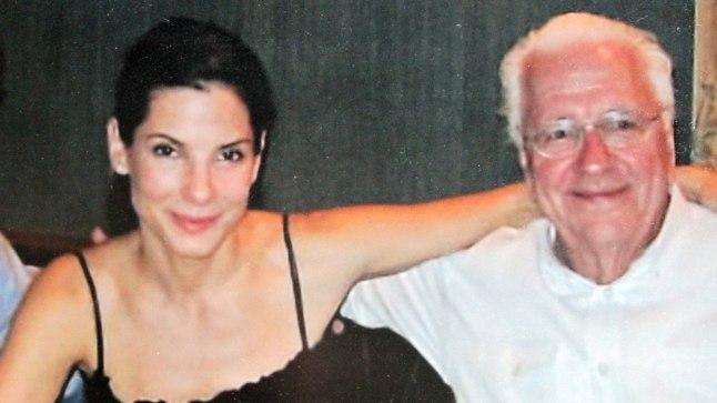 Sandra Bullock koos oma isa Johniga.