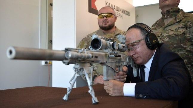 Vladimir Putin snaipripüssist laskmas.