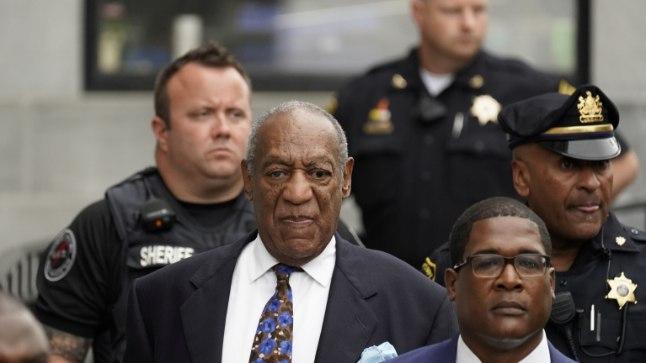 Cosby lahkumas kohtumajast 24. septembril 2018 pärast kohtuotsuse teatavaks tegemise esimest päeva.