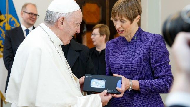Paavst Franciscusest sai täna 37 647. Eesti e-resident. President Kersti Kaljulaid annab paavstile üle e-residendi digitaalse isikutunnistuse.