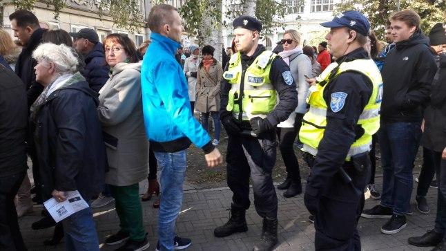 KORRALOOJAD: Püha missat turvanud politseinikele ei mahtunud kuidagi pähe, miks võttis sinises jopes mees (keskel) omaalgatuslikult enda peale järjekorras korraloomise.