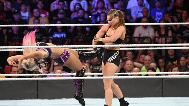 Alexa Bliss (vasakul) nõudis Ronda Rousey käest revanšši, kuid sai ainult uue keretäie.