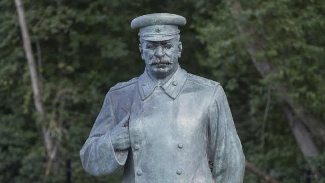 """Üks esimesi skulptuure, mis ajaloomuuseumi juurde jõudis, oli Balti jaama vastas Snelli pargis asunud Stalini monument (skulptor Nikolai Tomski, 1950). See seisis seoses näitusega """"Stalinism ja Eesti"""" 1990. aastal mõnda aega suisa lossi ees."""