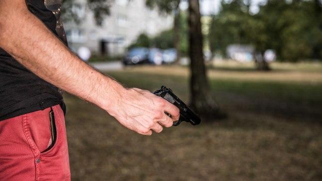RELV! Inimestele meeldib üha enam avalikus ruumis oma relvi välgutada. Pilt on illustratiivne.