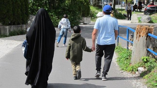 Moslemipere Lõuna-Saksamaal Eibsee järve lähistel jalutamas.