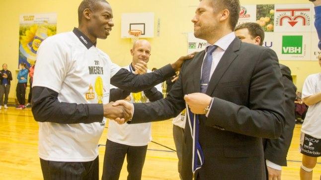 Howard Frier (vasakul) 2015. aastal, mil ta 1182 Tallinna Eesti meistriks vedas.