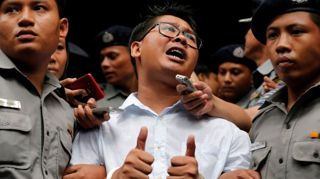 Wa Lone viiakse kohtust vanglasse. Äsja on talle mõistetud seitse aastat vanglat.