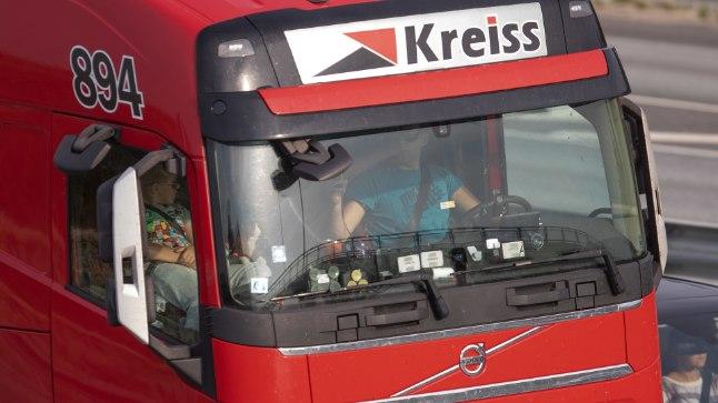 TÄHELEPANU, PILDISTAN! Rekajuht roolis sõidu ajal oma kõrval istuvat last pildistamas. Foto on tehtud 31. augustil Tallinna ringteel.